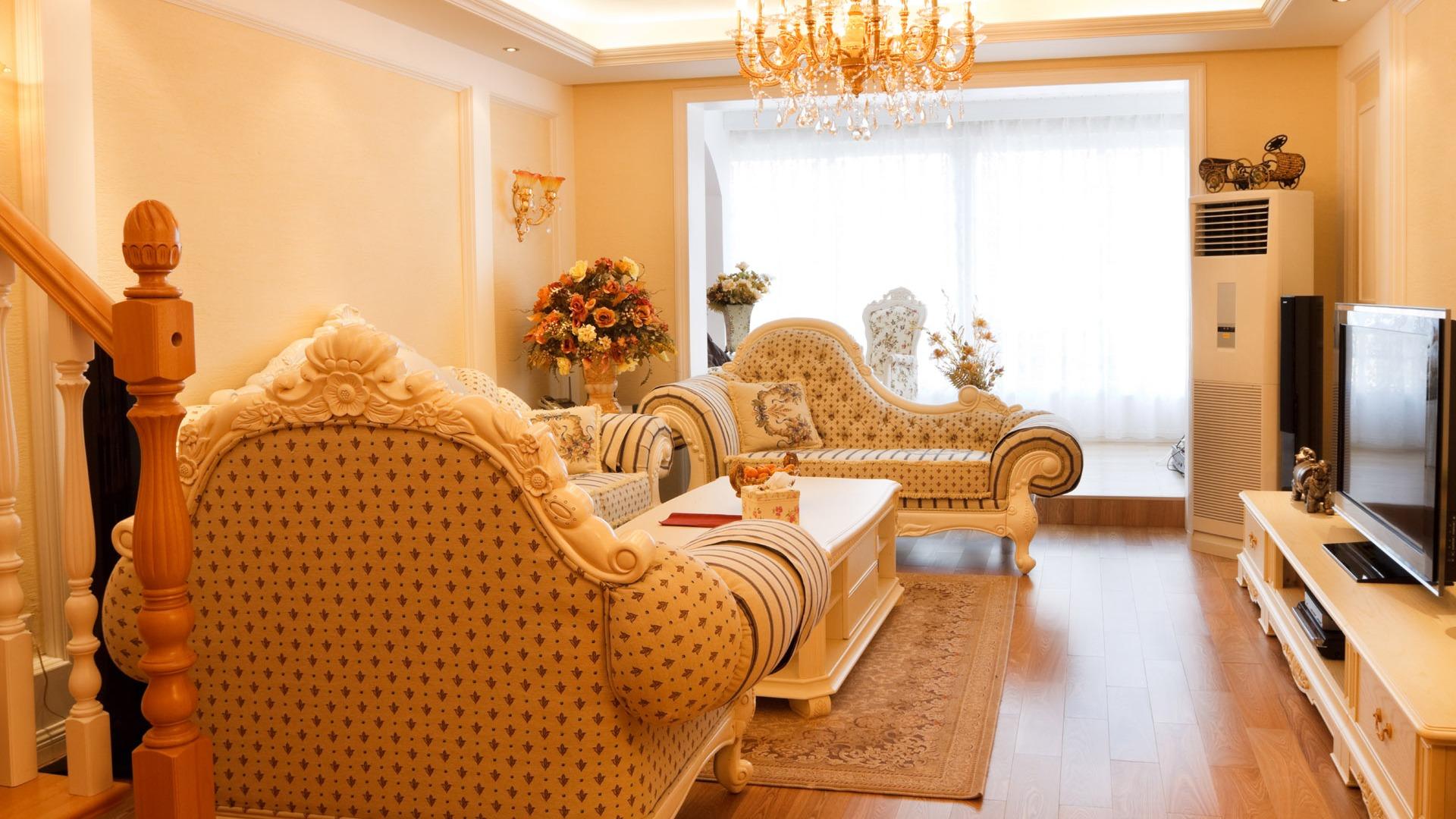Дизайн зала в персиковом цвете