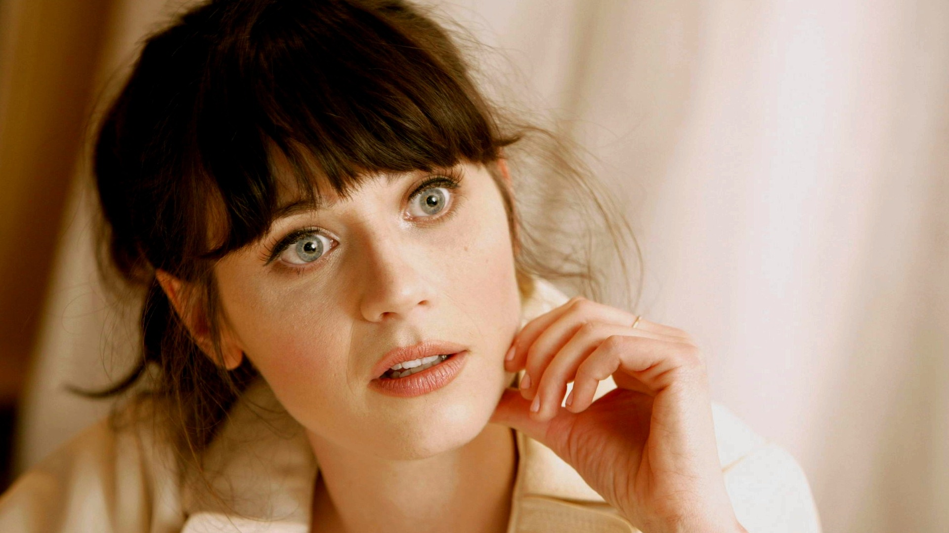 Pretty zooey deschanel lookalike plays on cam 4